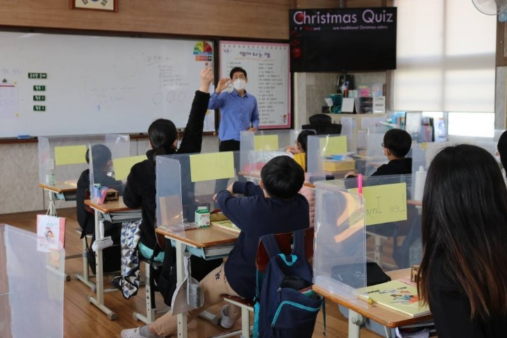 2.경북교육청, 미래를 꿈꾸는 AI 글로벌 영어교육 주력03(지난해 상주 함창초 영어캠프 장면).JPG